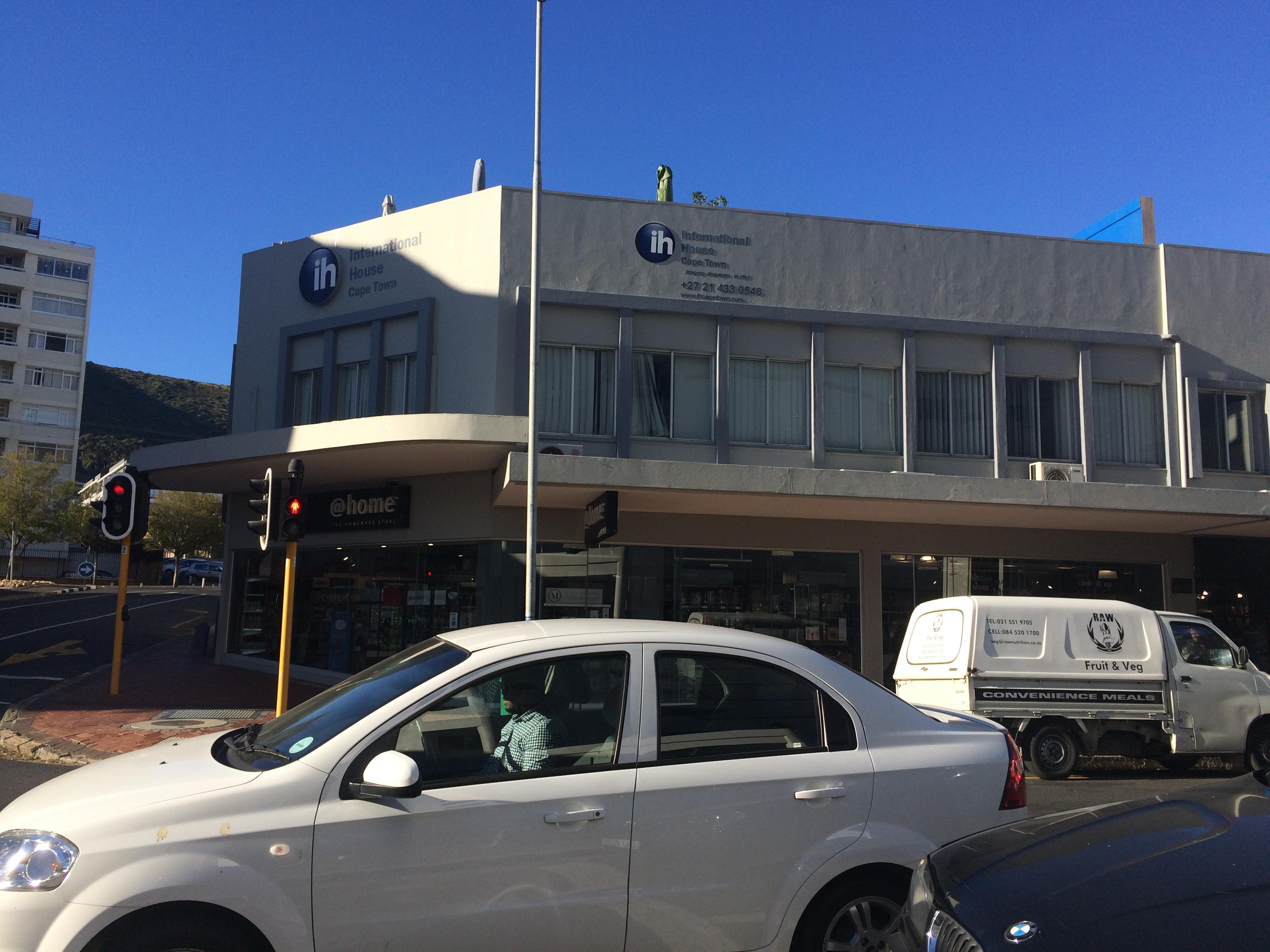 """... Gentili e Paulo Vieira – tenta atravessar na Avenida das Nações Unidas,  em Botafogo, na Zona Sul do Rio. """"O seguro de vida de um filme…quanto vale?"""